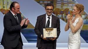 Regisseur Nuri Bilge Ceylan bei der Preisverleihung zwischen Quentin Tarantino and Uma Thurman. (Foto: REUTERS)