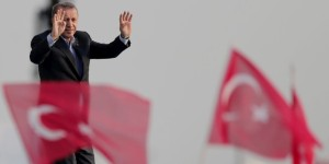 epa04940792 Turkish President Recep Tayyip Erdogan cheers his fans during a rally against what they claim is 'PKK terror' in Istanbul, Turkey, 20 September 2015. Violence has escalated between the banned Kurdish Workers Party PKK and Turkey since a ceasefire broke down in July 2015. The Turkish Air Force has also attacked PKK targets within its borders. EPA/SEDAT SUNA +++(c) dpa - Bildfunk+++